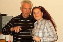 S vínem zkušenému vinaři Rostislavu Koskovi pomáhá také jeho dcera Vanda.