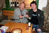 Vinař Vít Sedláček z Vrbice při přátelském posezení s vinařským matadorem, profesorem Vilémem Krausem.