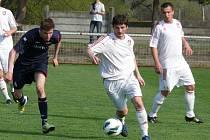 Lanžhotští fotbalisté (v bílém) po změně takticky ve druhém poločase dokázali porazit Rakvice 2:1.