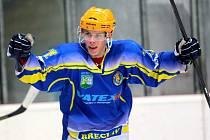 Břeclavští hokejisté (v modrém) zažívají výborný úvod sezony. Porazili i Karvinou a jsou druzí.