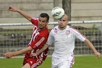 Fotbalisté Velkých Pavlovic (v červeném) v duelu proti Lanžhotu (v bílém). Ilustrační foto.