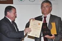 Poslanec Parlamentu ČR Ing. Arch. Václav Mencl předává zlatou pečeť za nejlepší André zástupci Patria Kobylí.