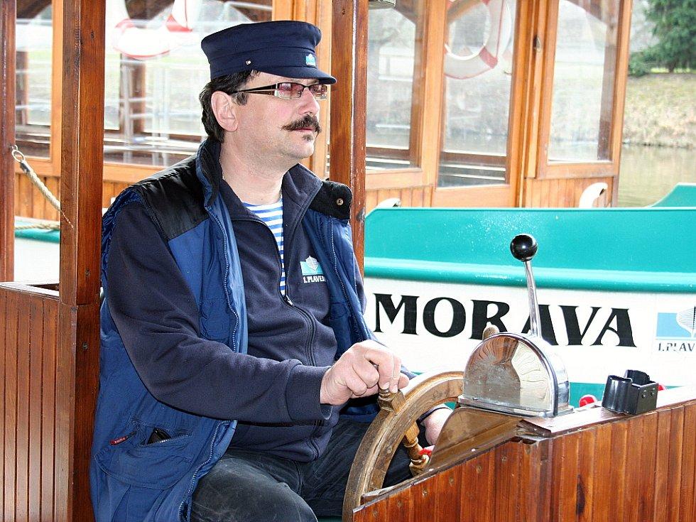 Monarchista Luboš Velecký je kapitánem lodě. Pochází ale z Valtic.