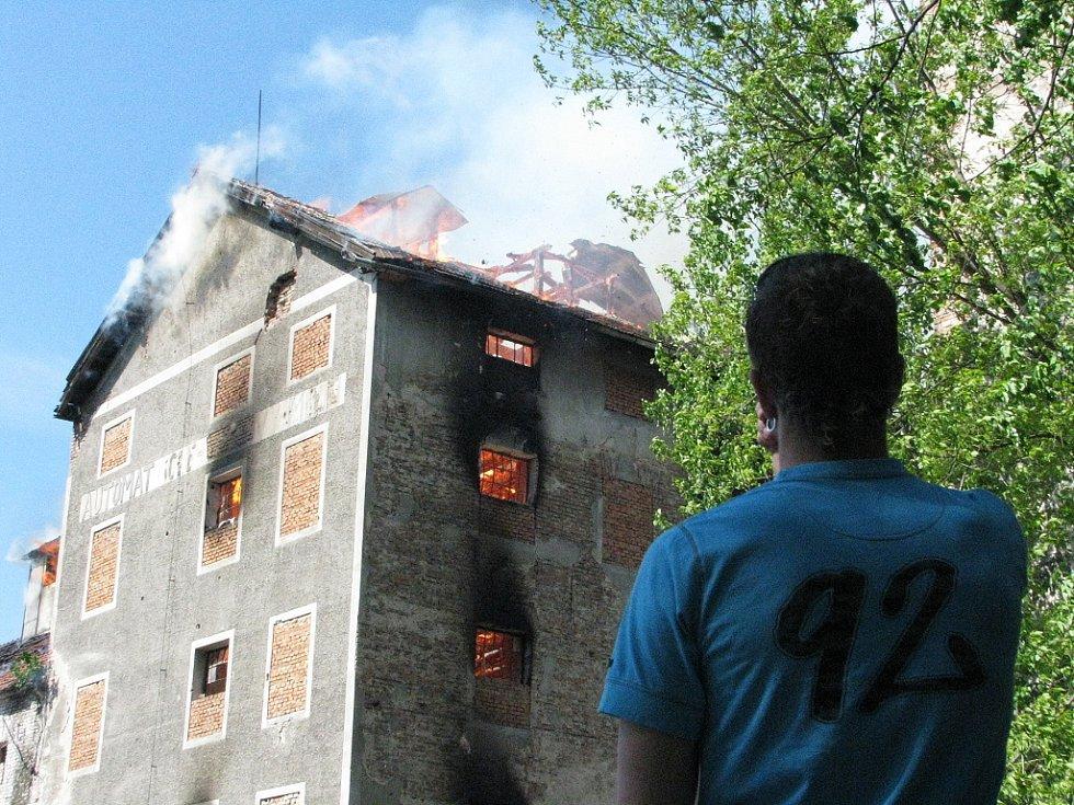 Břeclavský mlýn v plamenech