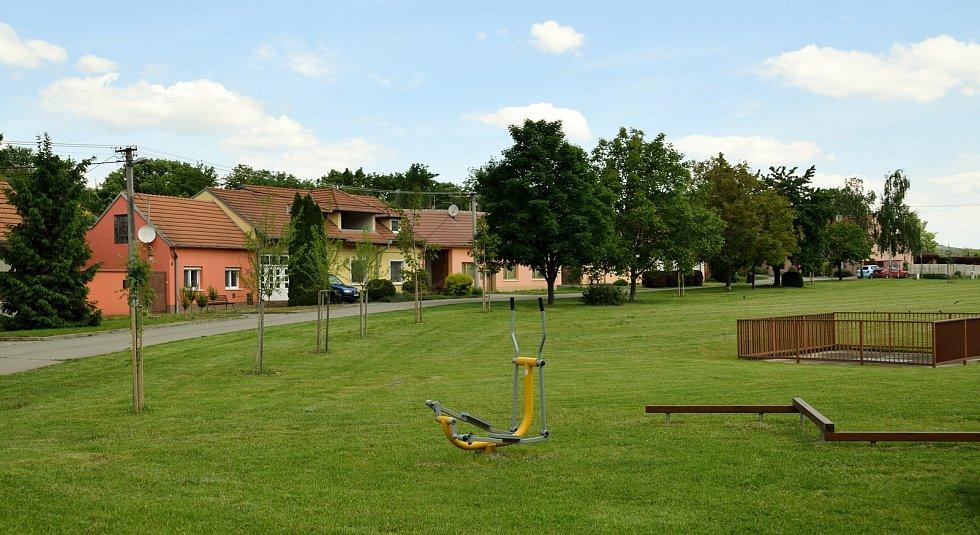 Dětské hřiště a výsadba v jeho okolí