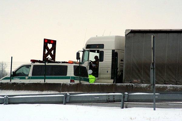 Uhraničního přechodu se Slovenskem se tvořily kolony kamionů.