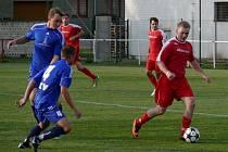 Rakvičtí fotbalisté (v červeném) měli výhru v derby s Lednicí na dosah ruky. Mají však jen bod.