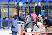 Sociálně slabí lidé před břeclavským Shopping centrem.