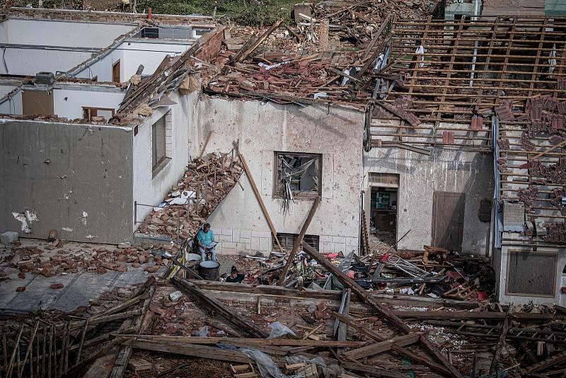 Poničené domy v Moravské Nové Vsi na Břeclavsku na snímku pořízeném 25. června 2021.