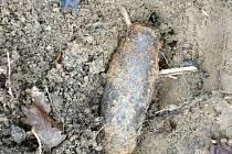 Hledače kovů překvapil u Boleradic nález dělostřelecké střely.