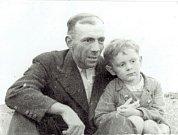 Antonín Vojtek jako čtyřletý se svým otcem, rok 1938.