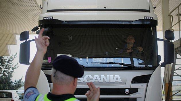Jihomoravská cizinecká policie v prostoru hranic u Valtic a Mikulova.