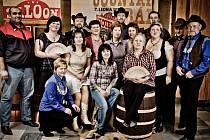 Taneční soubor Přátelé country Velké Pavlovice tvoří celkem třiatřicet členů nejen z Velkých Pavlovic, ale i širokého okolí. Ne všichni tanečníci se proto na zkoušky pokaždé sejdou.