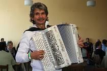 Šestašedesátiletý muzikant Rudolf Kučera ze Staré Břeclavi byl hlavní hvězdou setkání harmonikářů v Sedleci.