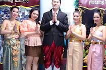 Thajští spolužáci v tradičním národním oděvu.