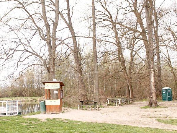 Na novém snímku už maringotka sobčerstvením uJanova hradu mezi Podivínem a Lednicí schází. Zbylo po ní jen prázdné místo a stoly slavicemi.