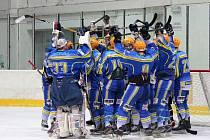 Břeclavští hokejisté (v modrém) si vyšlápli na prostějovské Jestřáby.