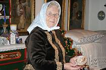 Marie Švirgová z Lanžhota zdobí své velikonoční kraslice květinami i lidovými ornamenty.