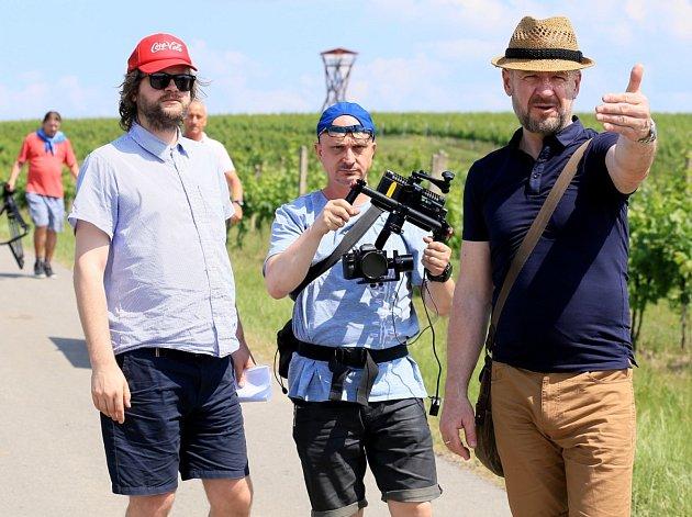 Natáčení vinařského cestopisu České televize Krajinou vína. Vlevo režisér Jan Těšitel, vpravo moderátor Václav Žmolík.