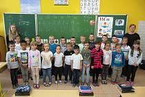 Žáky 1. třídy základní školy v Rakvicích učí Kateřina Straková a asistentka pedagoga Adéla Míková