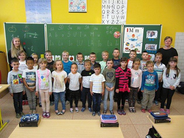 Žáky 1.třídy základní školy vRakvicích učí Kateřina Straková a asistentka pedagoga Adéla Míková