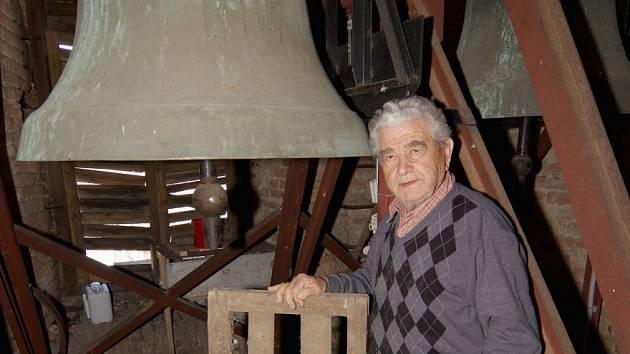 Po 70 letech rozhrkal Václav Petrásek řehtačku ve věži kostela