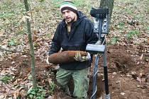 Pyrotechnik vyzvedává z hloubky sedmdesáti centimetrů dělostřelecký granát ráže 152 milimetrů o hmotnosti 43 kilogramů.
