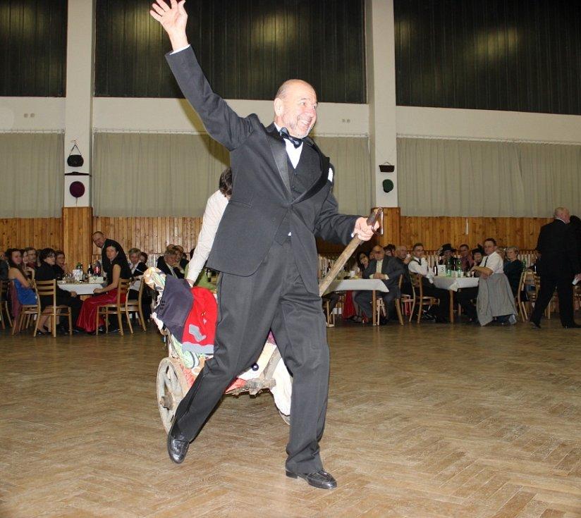 Herci Divadelního spolku bratří Mrštíků Jiří Merlíček a Zbyněk Háder společně při písni Tyjátr táhli káru plnou fórů a kostýmů. Postupně se k nim přidávali i ostatní členové ochotnického souboru.