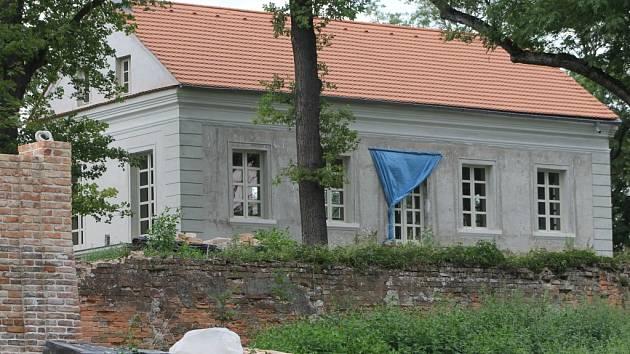 Opravy zámečku Insel u Mikulova postupují rozvážně. Stavebníci už zapracovali například na části vysoké zdi a bastionu. Vchod střeží brána s vinařskými symboly a iniciálou současných majitelů. V blízkém okolí se nachází také sporně vysazený vinohrad.