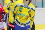 Hokejisté Břeclavi (ve žlutém) doma pořádně potrápili favorizovanou Porubu. Mají alespoň bod.