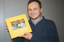 Břeclavský fotograf Jan Halady představoval a podepisoval na sobotním setkání kaprařů v břeclavském kulturním domě Delta svou zatím poslední knihu. Nese název Drahokam nad Dyjí s všeříkajícím podtitulem Rok ledňáčka.