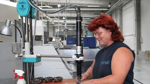 Opracovat hliníkovou součástku automobilového motoru je nové zaměstnání i Heleny Hečkové ze Smolína.