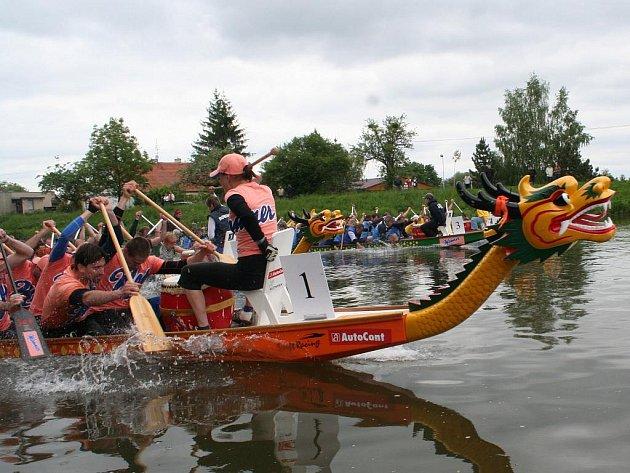 Závody dračích lodí nad splavem.