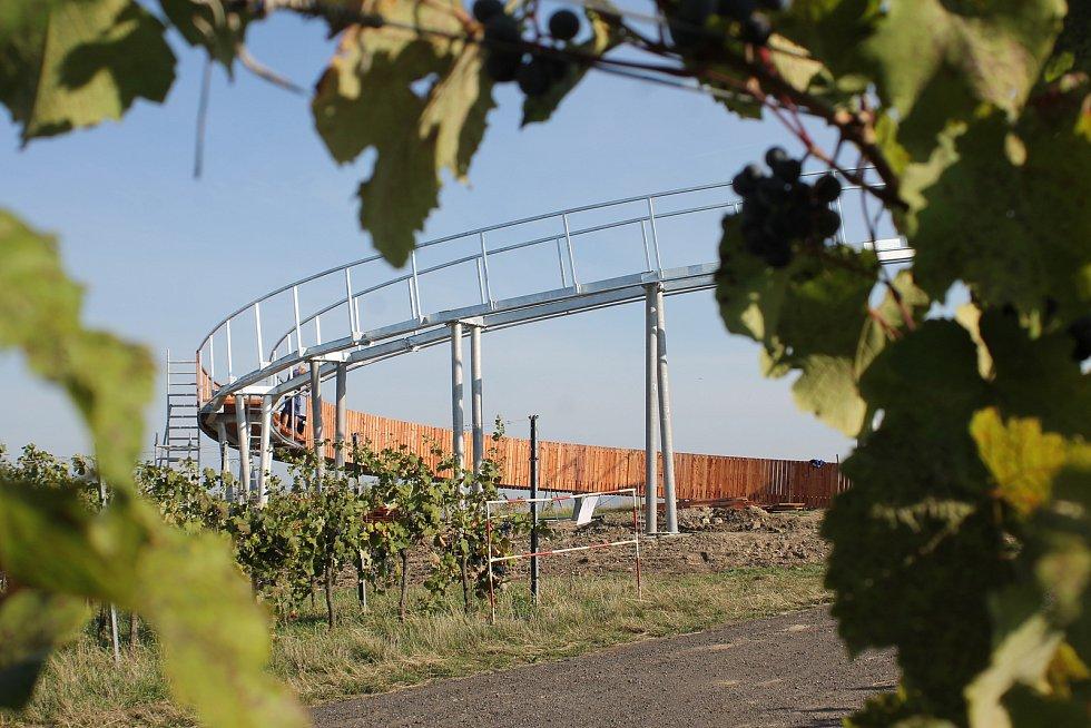 Na nejvyšším místě nad obcí Kobylí na Břeclavsku stojí mezi vinohrady unikátní rozhledna.