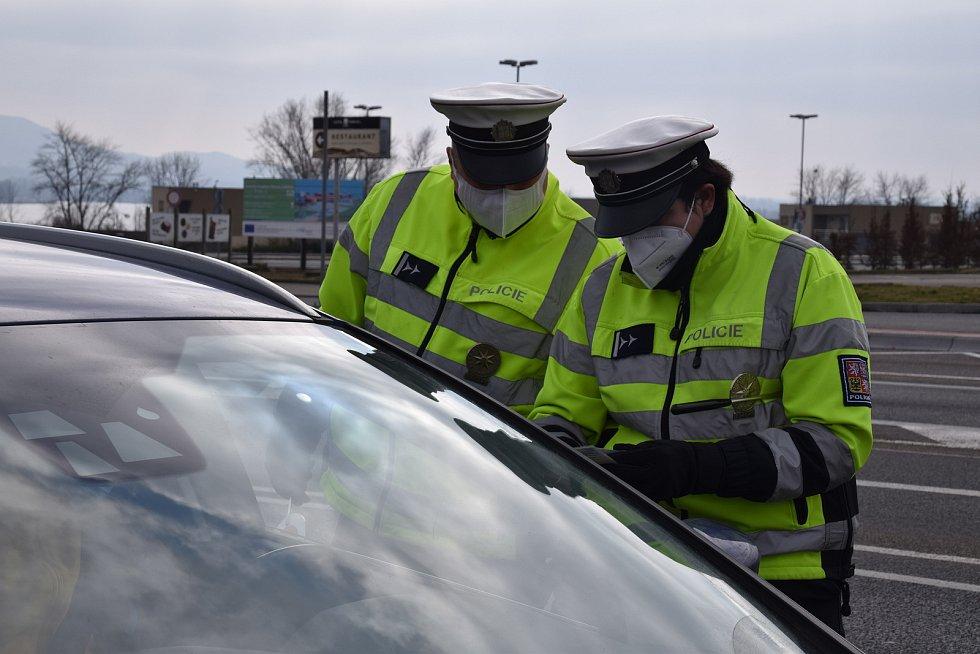 Policisté u Pasohlávek celé pondělí namátkově kontrolovali dodržování opatření v souvislosti se vstupem do sousedních okresů.