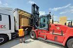 Dřevo jako dar pro střechy zničené tornádem v Moravské Nové Vsi poslal ve čtyřech kamionech majitel pražské společnosti Milan Fiľo.