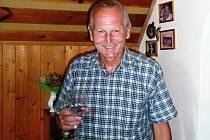 """""""Sedmička vína je pro pár akorát. A je jedno, jestli červeného nebo bílého,"""" říká Jan Pirk."""