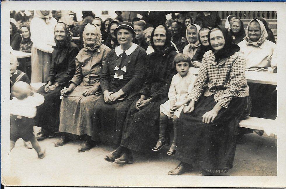 Babička Maria Weier se sestrami. Rok 1934.