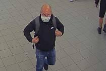 Neznámý muž si z lékařských pokojů odnesl peněženky s hotovostí i platebními kartami.