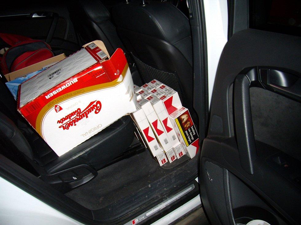 Tisíc litrů vína, sto litrů nafty, téměř sedmdesát litrů lihovin a víc než sedm set krabiček cigaret bez kolků zajistili celníci v uplynulých dvou týdnech na jihomoravských silnicích.
