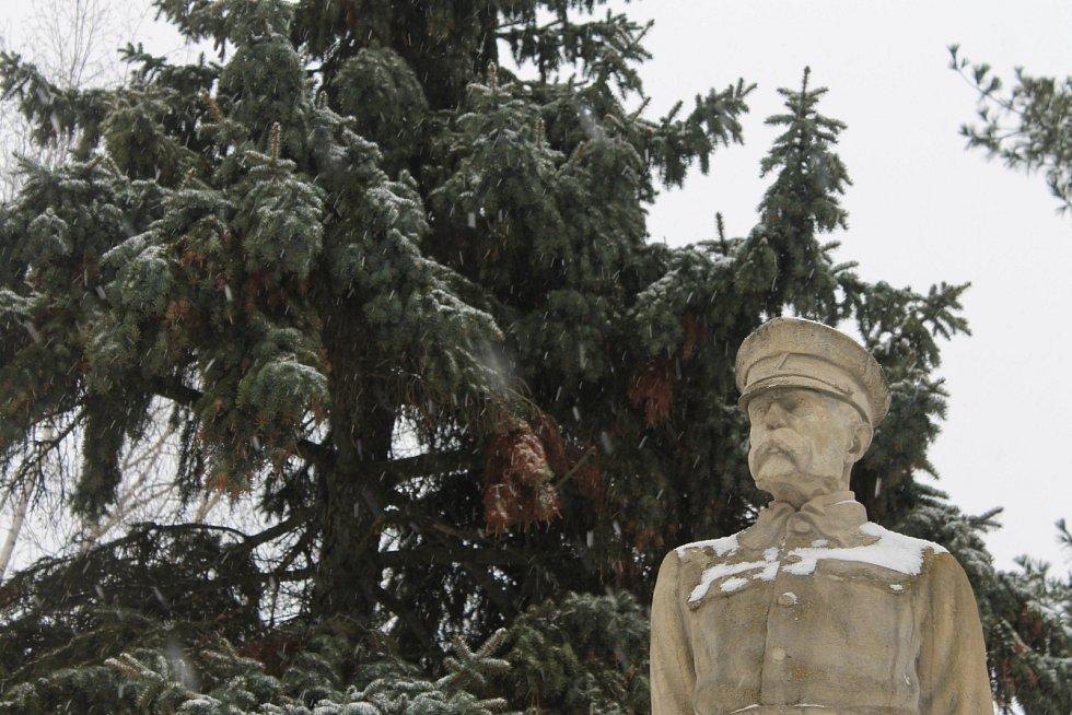 Moravskou Novou Ves přikryl letošní první sníh. Ani to však neodradilo některé cyklisty od šlápnutí do pedálů. Lidé ometali bílou nadílku z aut i před domy.