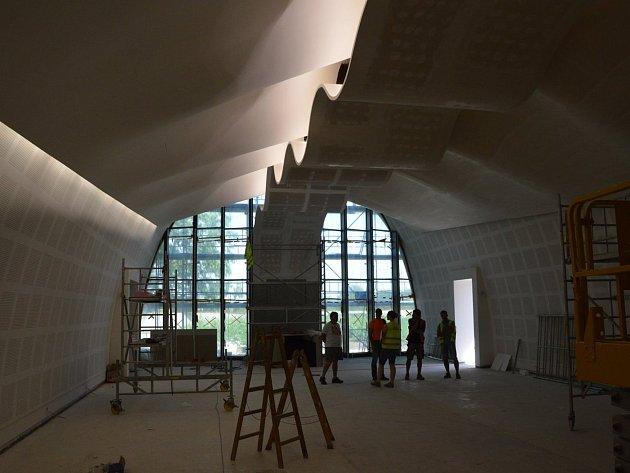 Nová břeclavská smuteční síň před dokončením.