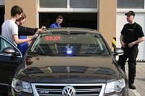 Policejní auta, motorky, zbraně, ale i ukázky nehod či testery na zjišťování alkoholu a drog. To všechno přivezla policie na břeclavskou střední průmyslovou školu.