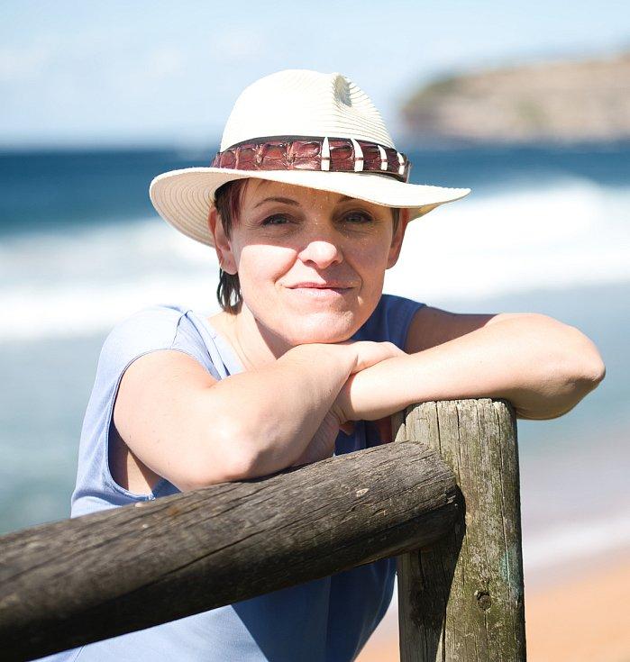 Románový příběh o životní cestě Tam, kde volá moře napsala Alaxandra Synac. Žije deset let v Austrálii.