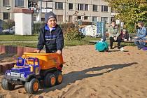 Děti si hru na hřišti užívají jedině odpoledne. Dopoledne zůstává brána zavřená.