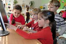 V hustopečské mateřské škole Pastelka se děti baví s Portugalci a Slováky po internetu.