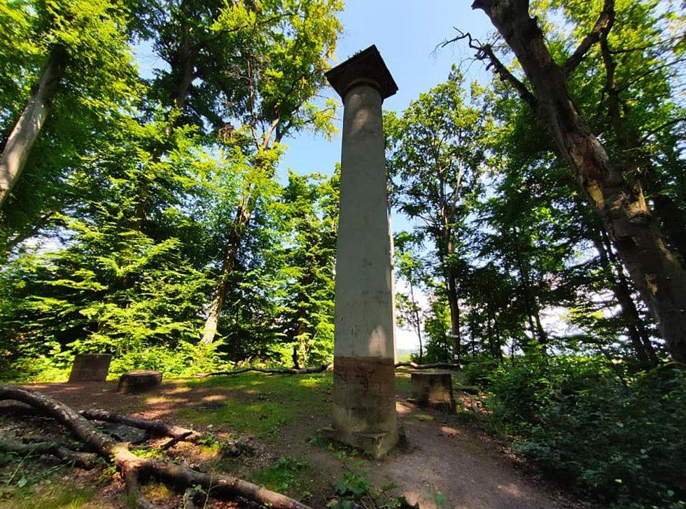 Z výletu do Nových Zámků v Litovelském Pomoraví. Z Rytířské síně, což byla kopie klasického antického chrámu, již zbyl jen jeden celý sloup a části několika dalších, přesto stojící v lese na skále má i tak svůj půvab.