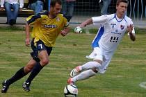 Břeclavský kapitán Pavel Simandůl (ve žlutém) bojuje s ostravským soupeřem.
