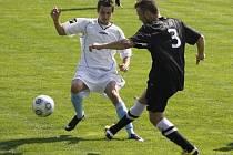 Fotbalisté Hrušek (v bílém) zažívají po postupu do okresního přeboru stále těžší zápasy.