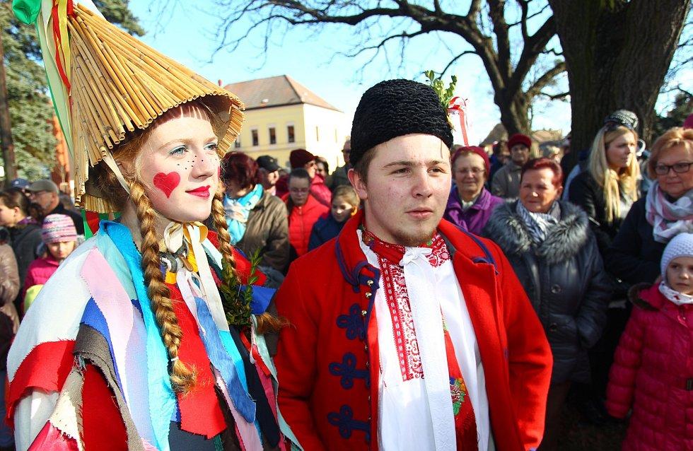 Sobotní fašank v břeclavské městské části Poštorná přilákal před tamní kostel stovky návštěvníků. Představily se jim desítky masek.